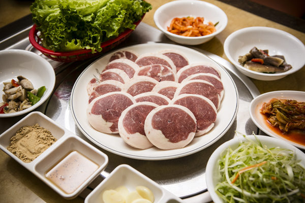 新鮮嫩鴨肉片。(攝影:愛德華/大紀元)