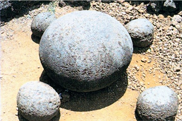 复活节岛提皮特库拉祭坛的脐石。(图:商周出版 提供)