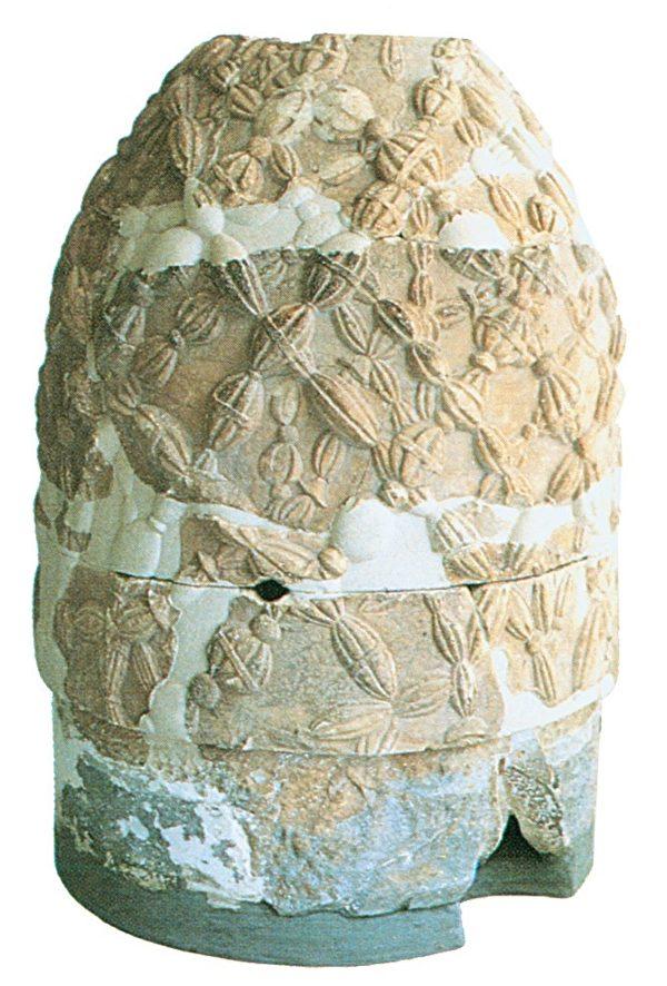 """德尔菲神殿的""""脐石""""――翁法洛斯石,为希腊时代的复制品。原件已失踪,据说是从天上掉下来的。(图:商周出版 提供)"""