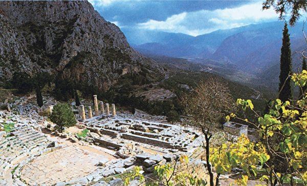 阿波罗神殿――希腊的太阳神――在帕纳瑟斯山斜坡的德尔菲神殿。如同耶路撒冷的神庙山,据信德尔菲的神龛是标示精确的中心,或者是世界的肚脐。(图:商周出版 提供)