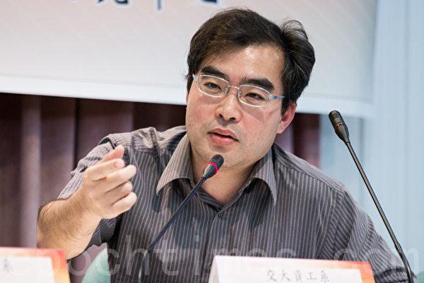 交通大学资讯工程系教授林盈达表示,服贸开放第二类电信,形同现代e化版的木马屠城条款。(陈柏州 /大纪元)