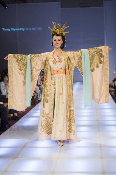 获得银奖的是来自台湾的:王利予(主设计师);作品名称:天上人间 服耀寰宇;服装朝代:唐朝。(戴兵/大纪元)