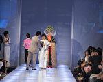 """新唐人电视台第四届""""全球汉服回归设计大奖赛""""决赛及颁奖典礼在纽约曼哈顿举行。铜奖获得者是来自台湾的唐林丽美(主设计师);作品名称:乾坤;服装朝代:宋朝。(戴兵/大纪元)"""