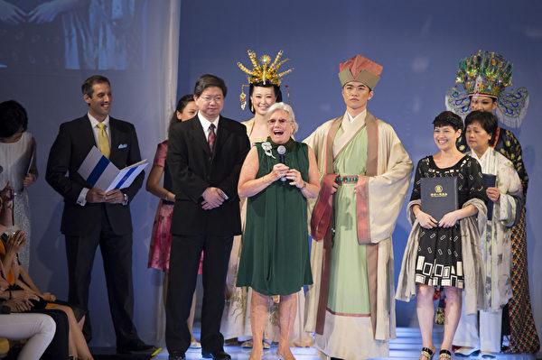 金奖获得者为来自台湾的张淑智(主设计师)她的作品为:春之颂;服装朝代:宋朝。(戴兵/大纪元)
