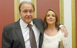 法国化妆品牌Clinica Ivo Pitanguy专卖店经理巴里女士(Janet Bari)和先生,观看完第四届汉服大赛的走秀后,盛赞汉服的魅力。(摄影:蔡溶/大纪元)
