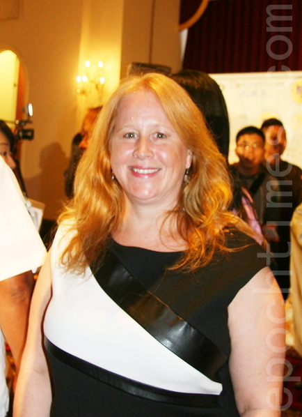 """纽约Berkeley College的时尚教授沃特斯(Susan Watters)2013年9月8日在曼哈顿""""全球汉服回归设计大奖赛""""上。(摄影:徐竹思/大纪元)"""