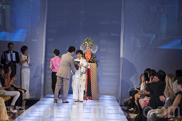 """来自台湾的唐林丽美以明代皇后服《乾坤》获得铜奖。2013年9月8日曼哈顿""""全球汉服回归设计大奖赛""""。(摄影:戴兵/大纪元)"""