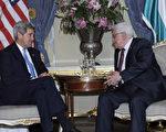 美国国务卿凯瑞(左)8日在伦敦会见巴勒斯坦自治政府主席阿巴斯(右),双方举行闭门会议。(Susan Walsh/AFP)