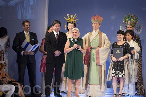 """曾获奥斯卡与2013年托尼奖服装设计奖的安.儒丝(Ann Roth,中)2013年9月8日在曼哈顿""""全球汉服回归设计大奖赛""""颁奖典礼上讲话。(摄影:戴兵/大纪元)"""