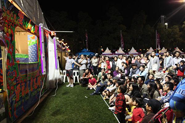 """台湾的""""云山阁掌中综艺团""""在现场的布袋戏舞台,每次表演都挤满了观众,人气相当旺。从孩子们欣喜、惊奇的眼神,就能感受到演出的成功。(摄影:大纪元/骆亚)"""