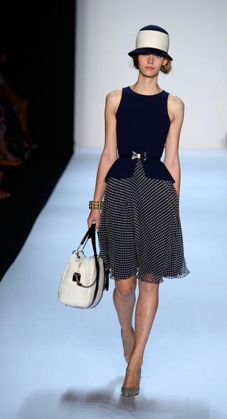 美國紐約,模特在2014春季奔馳時裝周中展示美國時裝品牌Badgley Mischka的女裝。(Frazer Harrison/Getty Images for Mercedes-Benz Fashion Week Spring 2014)