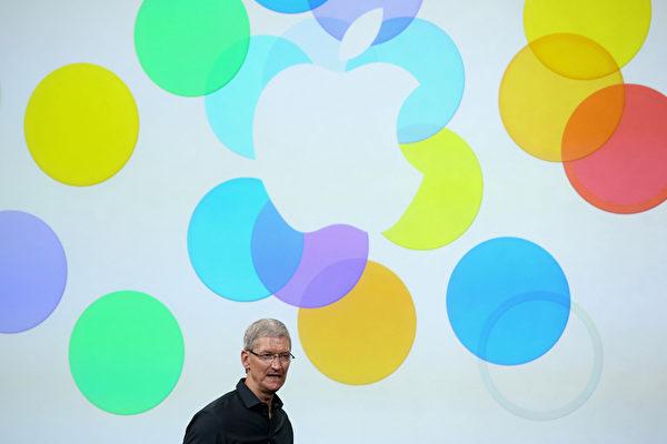 美國加州庫柏蒂諾的蘋果總部,CEO蒂姆·庫克一次性公佈兩款新的iPhone手機--高端的iPhone 5S和五彩的iPhone 5C。(Justin Sullivan/Getty Images)
