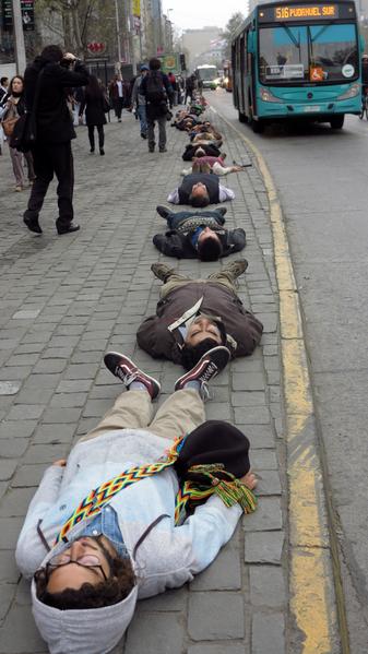 當地時間9月10日,智利的皮諾切特發動軍事政變40週年紀念日的前一天,1210名民眾躺在首都聖地亞哥的大街上,以表示對皮諾切特獨裁統治期間被政治迫害而失蹤的1000多人的悼念。(MARTIN BERNETTI/AFP)