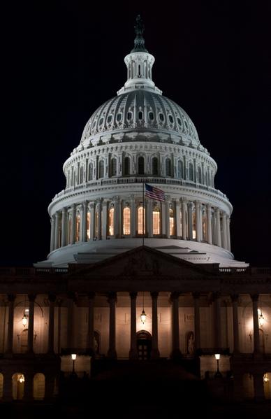 美國聯邦參議院多數黨領袖瑞德(Harry Reid)表示,他將等待總統奧巴馬發表懲戒敘利亞政權全國演說後,再展開對敘動武提案關鍵表決。白宮發言人卡尼(Jay Carney)接受MSNBC早間新聞採訪時表示,奧巴馬要求國會授權對敘利亞動武的計劃將保持不變。圖為美國國會。(Nicholas KAMM/AFP)