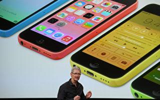 苹果公司在古柏迪诺总部发表两款iPhone新机,其中iPhone 5C更抢攻低价两年绑约99美元起跳,并会有5种颜色可选,象征执行长库克(Tim Cook)为追求全球更广的客群而改变策略。(Justin Sullivan/Getty Images)