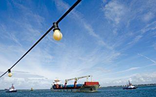 """9月11日下午3时,中国中远集团""""永盛""""号货轮抵达荷兰鹿特丹港,成为第一艘经过北极东北航道完成亚欧航线的中国商船。AFP"""