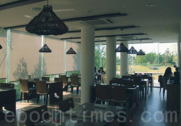 JTT旗舰店拥有舒适空间、与草原景观。(摄影:赖友容/大纪元)
