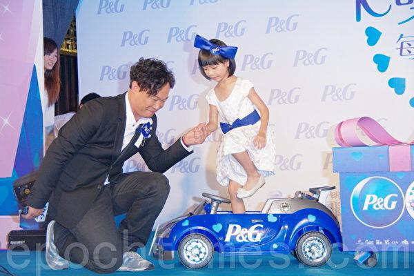 陈奕迅直呼是有史以来看过最卡哇伊的车掌小姐。(摄影:黄宗茂/大纪元)