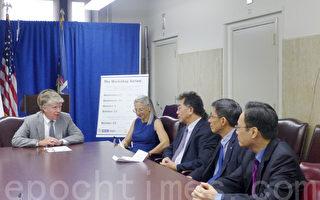 曼哈顿地区检察官万斯昨日宣布,将于9月17日始连续五个周二晚在华埠举办五场免费讲座, 与小商家联手合作共同防止犯罪,并防止小商家因不了解法律而受罚。(摄影:蔡溶/大纪元)
