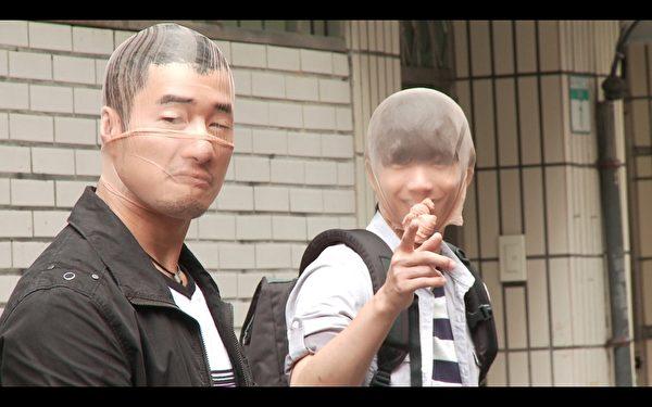 周孝安、刘以豪不计形象以丝袜套头扮丑演出。(图/民视提供)