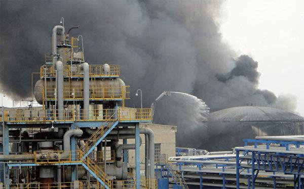 蔣潔敏與薄熙來多有交集,蔣在薄主政的遼寧和重慶新建石油煉化項目,助薄提升政績。圖為2011年8月29日大連石化廠800噸儲油罐著火。(AFP)