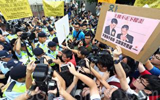 香港行政长官梁振英星期日出席第三场论坛,建制派空前出动拥护者,用黑道和暗箱操作的手法,制造反对声在场内消音的虚假现场效果,梁振英同时在场外出动大批有中共背景的团体霸占主要示威区,以高声扩音器掩盖抗议声。图为香港当局出动大批警察护驾,超过四百名市民到场抗议要求梁振英下台,部分人与警方发生冲突。(潘在殊/大纪元)