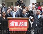 民主党市长参选人汤普森(Bill Thompson,右一)正式宣布弃选,并为民主党市长参选人白思豪(Bill de Blasio,左二)背书。(摄影:杜国辉/大纪元)