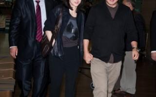 李英愛黑色皮裝亮相機場 老公貼心愛相隨