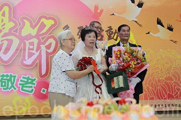 鑽石婚伉儷陳良彬、陳江鳳英夫婦披白紗,見證牽手到老的珍貴情感。(許享富 /大紀元)