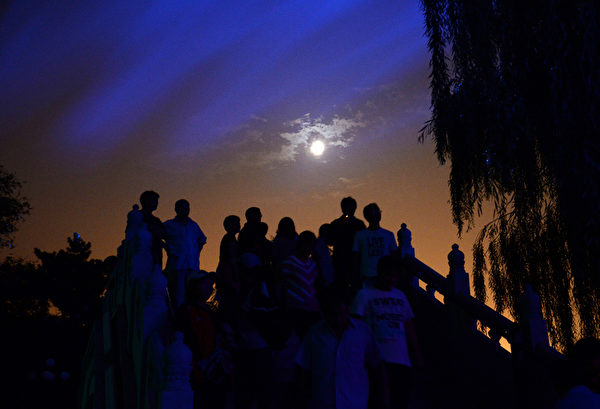 CHINA-LIFESTYLE-MID-AUTUMN FESTIVAL-MOON