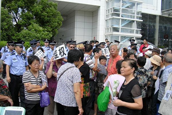 逾千民眾上海信訪局門前高喊口號 警察怕拍照