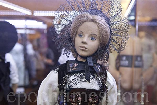 """9月19日至25日在香港艺术中心举办的""""Art of Swiss Beauty美丽承传艺术展"""",首度在香港曝光的26个瑞士古董娃娃以及瑞士著名剪纸艺术家Heinz Pfister的名作,将为港人体验瑞士文化和艺术带来全新的感受。 (余钢/大纪元)"""