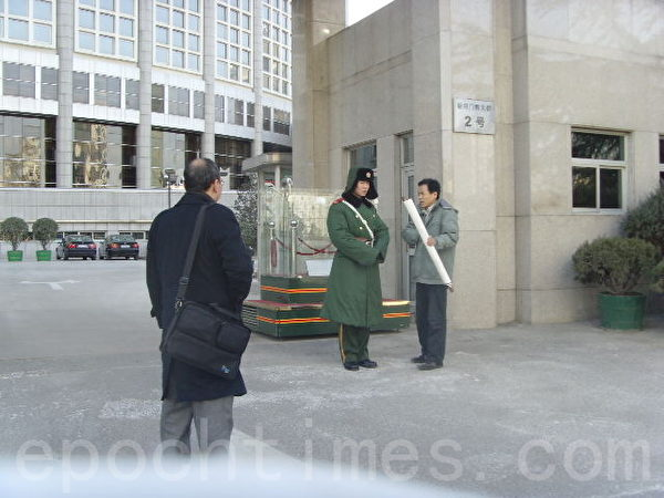 徐崇阳(左)请友人写了一副字,通过外交部办公厅转胡办,没想到惹来杀身之祸。(图片来源:徐崇阳提供)