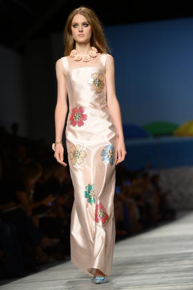 2013年9月19日,意大利米兰女装周,模特儿展出 Blugirl 2014春夏新作品。(FILIPPO MONTEFORTE/AFP)