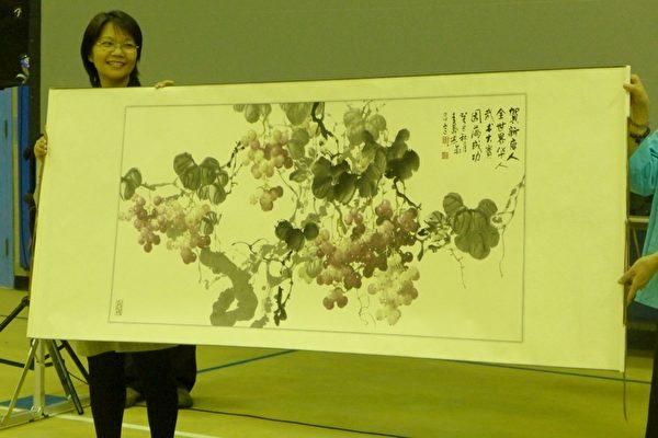 唐艺先生还特别赠与主办方新唐人电视台一幅葡萄字画,以赞扬新唐人弘扬传统文化硕果累累。