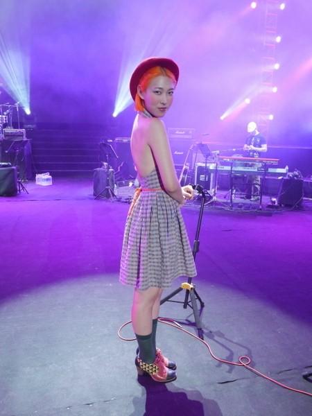 王若琳上海演唱  露背骨董洋裝吸睛