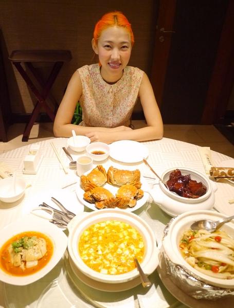 Joanna王若琳無法在台灣過中秋節,唱片公司請吃大閘蟹慰勞。(索尼音樂提供)