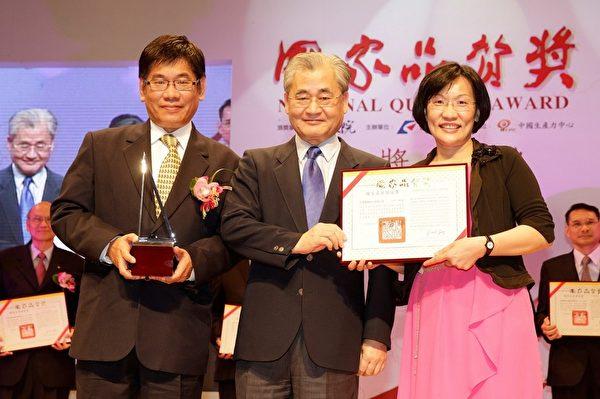 科达制药获颁第23届国家品质奖,总经理陈兆祥(左)和副总经理陈美玲(右)代表接受颁奖表扬。(科达制药提供)