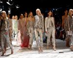2013年9月21日,2014春夏米兰时装周模特儿展出Roberto Cavalli新作品。(Vittorio Zunino Celotto/Getty Images)