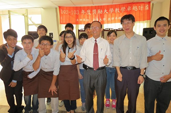 校长林聪明与公益咖啡馆团队。(苏泰安/大纪元)