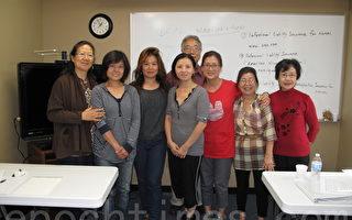 """图:为满足日益增长的家庭护理需求,橙县亚美老人服务中心于今年年初推出家庭护理训练计划。图为该中心""""就业辅导计划""""主任李乐文(后排男士)和培训老师周瑶珊(左三)与参加培训的亚裔妇女合影。(摄影:刘菲/大纪元)"""