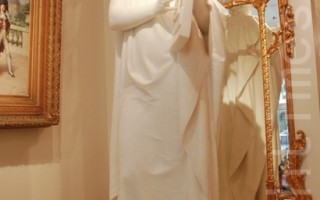 伦敦梅费尔艺廊(Mayfair Gallery)内19世纪末。新古典主义的白色大理石雕像,太阳神阿波罗。(曹莺飞/大纪元)