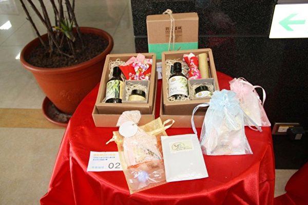 成果發表會,展示新研發的香水、乳液及竹粉製作的碗、盤等環保產品。(苗縣府提供)