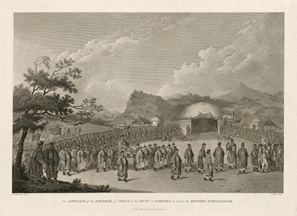 《乾隆皇帝帐篷内接见英国使臣》-1793年9月8日,使团一行终于抵达热河,14日马嘎尔尼着绣花天鹅绒官服,外罩红色大褂,还缀有一枚宝星勋章,尽管亚历山大并未同往,但这些细节在他的画作中都有体现。其中紧跟在马嘎尔尼身后的小个子就是小斯当东,他在十二年后又跟随阿美士德使团来到中国。(顽石创意提供)