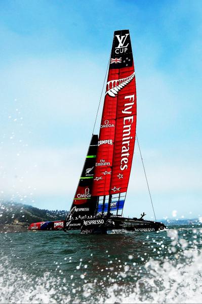 """来自新西兰的""""酋长""""号(Emirates Team)扬帆驶过旧金山湾。""""美洲杯""""帆船赛,始于1851年8月,迄今有160多年的历史。新西兰曾4次闯进决赛,两度夺冠。(Ezra Shaw/Getty Images)"""