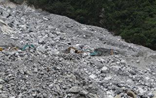 中横公路白沙桥路段日前受天兔台风影响发生严重坍方 ,公路单位连日来进行抢修虽遇上巨石,但仍预估27日 下午5时抢通。 (洛韶工务段提供)