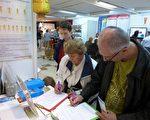 波兰第三十八届秋季健康博览会上,民众在反对中共迫害法轮功的征签表上签名。