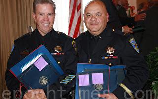 獲獎警員詹姆士‧康寧函(James Cunningham,左)和哥天奴‧卡特吉龍(Gaetano Caltagirone)代表接受頒獎。(屈婧/大紀元)