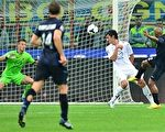 国际米兰诺纳坦(右)打入反超比分一球瞬间。(GIUSEPPE CACACE/AFP/Getty Images)