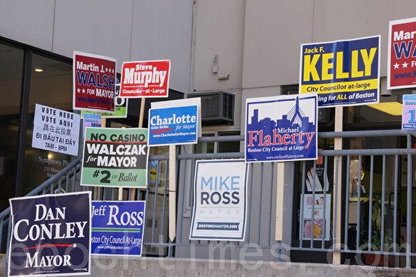 投票所外琳琅满目的候选人招牌。(摄影﹕赵洪雨/大纪元)